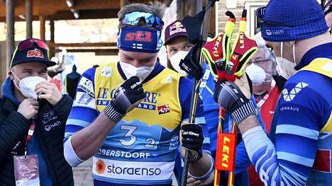 Joni Mäki ja Ristomatti Hakola vastaanottivat joukkuetovereidensa onnitteluja sunnuntaisen parisprinttihopean jälkeen.