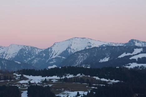 Ympärille levittäytyvät Alpit.