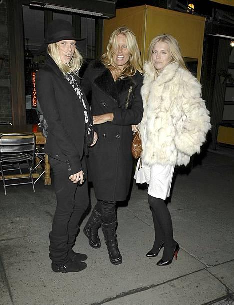 Keith Richardsin vaimo Patti Hansen tyttäriensä Alexandran ja Theodoran kanssa.