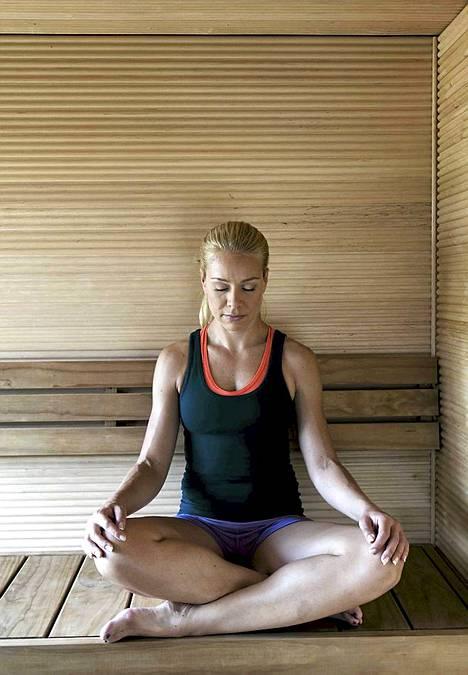 1. Alkurentoutus. Ota lauteilla mukava asento. Sulje silmät, anna kasvojen, hartioiden ja käsivarsien lihasten rentoutua. Keskity hetkeksi kuuntelemaan oman hengityksesi rytmiä. Tule tietoiseksi siitä, miten rauhassa ilma virtaa sisään ja ulos. Päästä vähitellen irti niistä ajatuksista, joita et hetkeen tarvitse. Anna niiden loitontua jokaisen uloshengityksen mukana ja jäädä vähitellen saunan seinien ulkopuolelle.