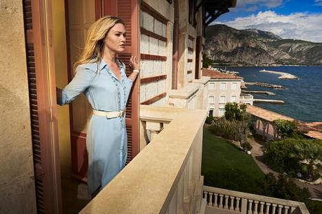 Galleristin (Julia Stiles) menee aviomiehen kuoleman jälkeen ylösalaisin Rivieralle sijoittuvassa draamasarjassa.