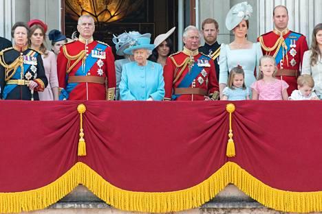 Kuninkaallinen perhe näyttäytyi Buckinghamin palatsin parvekkeella.