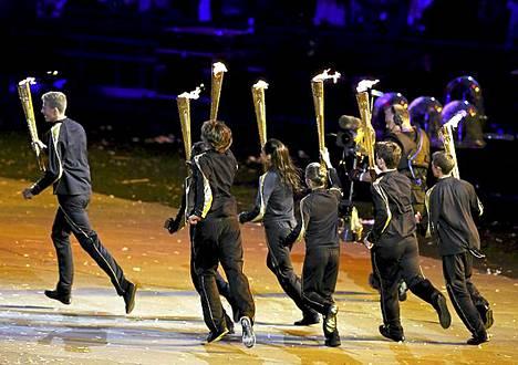 Seitsemän nuorta brittiurheilijaa sytyttivät olympiatulen ja veivät pohjan kaikilta arvailuilta.