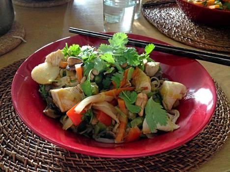 Thaimaalaista chilikanaa täysjyvänuudeleilla ja kasviksilla.
