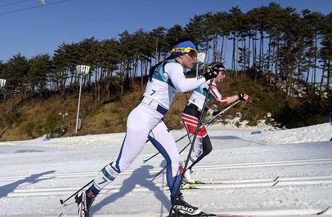Krista Pärmäkoski ja Teresa Stadlober hiihtivät tasatahtia, kunnes itävaltalaishiihtäjä eksyi ladulta.