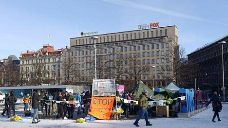 Kuvassa turvapaikanhakijoiden leiri ja mielenosoitus Rautatientorilla 21. helmikuuta.