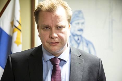 Puolustusministeri Antti Kaikkosen mukaan vanhojen Hornet-hävittäjien käyttöiän pidentäminen ei käy säästökeinosta, sillä jos niillä lennettäisiin vaikka vielä viisi lisävuotta, Hornetien remontointiin ja päivittämiseen pitäisi laittaa paljon lisää rahaa.