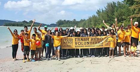 Vapaaehtoiset siivoavat Thaimaan Ao Nangin rantoja joka sunnuntai klo 10.