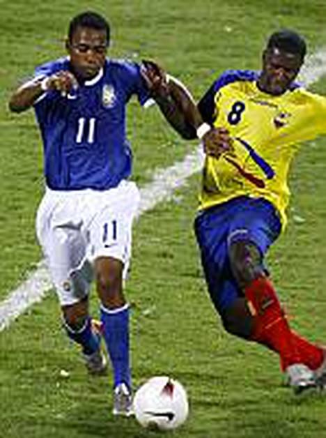 Robinho (vas.) on tehnyt kaikki Brasilian maalit. Ecuadorin Edison Mendez yrittää estää häntä.