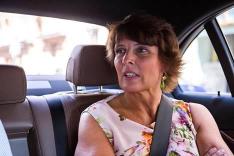Ex-liikenne- ja viestintäministeri Anne Berneriin vahvasti henkilöityvä taksilaki saa kritiikkiä keskustan kansanedustajilta.