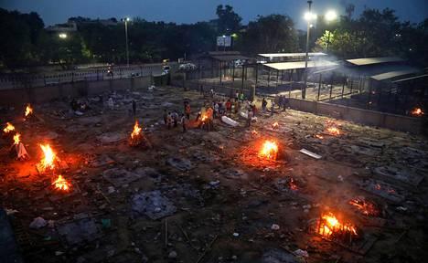 Etenkin Delhissä krematoriot ovat olleet ylikuormittuneita koronavirusepidemian takia.