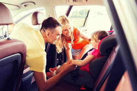 """Kamalin tapa esitellä uusi kumppani lapsilleen on se, että kun lapsia menee hakemaan toisen vanhemman luota, autossa istuukin uusi aikuinen: """"Tässä on äidin tai isän uusi kumppani. Nyt lähdetään yhdessä mökille viikoksi."""" Näitäkin kuitenkin tapahtuu, kommentoi Väestöliiton perheneuvonnan koordinaattori Minna Oulasmaa aiemmin Ilta-Sanomille."""