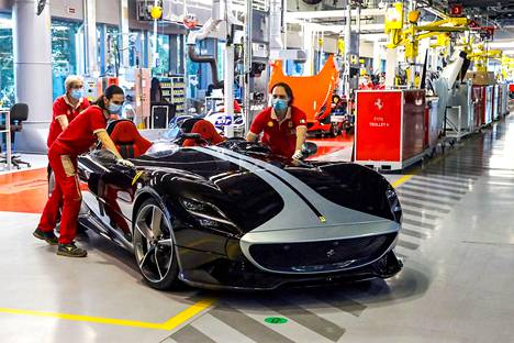 Zlatan Ibrahimovic Curves With His 1 6 Million Euro Ecu Ferrari In Stockholm A Swear Word Slipped From The Expert As He Praised The Car Teller Report