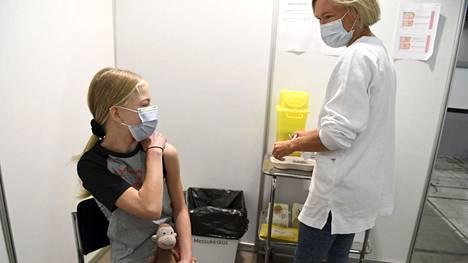 Suomessa on 12–15-vuotiaita rokotettu koronavirusta vastaan elokuusta lähtien. Rokotukset saattavat laajentua yli 5-vuotiaiden ikäryhmiin jo kevättalvella. Kuvassa 12-vuotias Tilda Pitkänen sai oman rokotuksensa Messukeskuksessa Helsingissä 9. elokuuta.