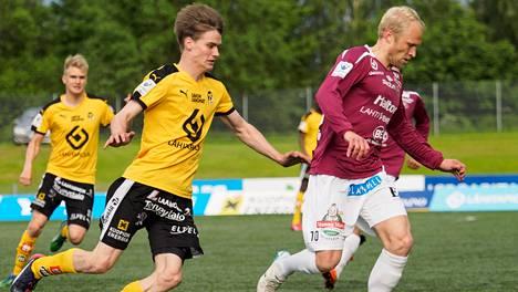 Kahden maalin mies Saku Savolainen (vas.) nousi KuPS:n sankariksi. Kuva ottelusta FC Lahtea vastaan.