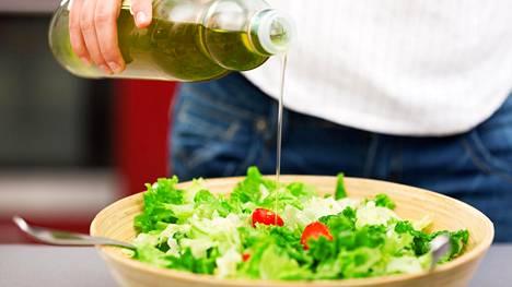 Pelkkä vihreä salaatti ei ole ateria. Jos salaatti maistuu lounaaksi, pidä huolta, että mukana on tarpeeksi proteiinia ja hyviä rasvoja.