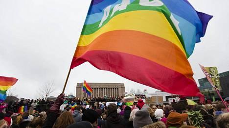 Tasa-arvoista avioliittolakia tuettiin mielenosoituksessa Kansalaistorilla Helsingissä marraskuussa 2014.