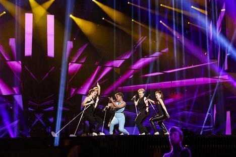 Vaudikas kappale on kerännyt kiitosta ulkomaalaisilta viisufaneilta, mutta monet toivoisivat lavashow'hun lisää energiaa.