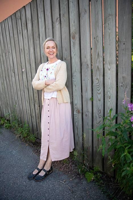 Anu Sinisalo on näytellyt muun muassa hittisarjoissa Helppo elämä, Roba ja Sorjonen.