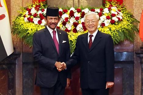 Kaakkois-Aasian tutkijan Brian Hardingin mukaan kansainvälisen maineen vaaliminen on Brunein johdolle tärkeää. Sulttaani Hassanal Bolkiah (vas.) tapasi keskiviikkona Vietnamin presidentin Nguyen Phu Trongin Hanoissa.