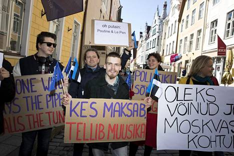 Vastamielenosoittajia Tallinnassa.