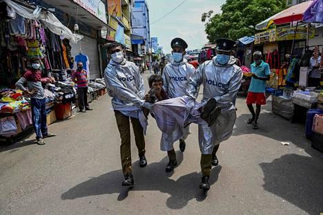 Poliisit pidättivät perjantaina maskitta kadulla liikkuneen miehen Sri Lankan pääkaupungissa Colombossa.