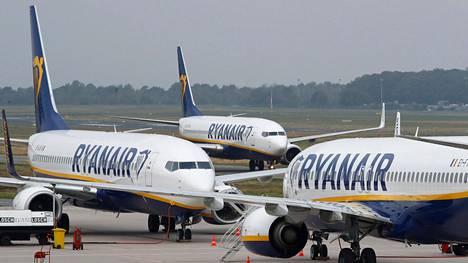 Ryanairin mukaan uudella käytännöllä ei ole tarkoitus tehdä rahaa. Amerikkalaisen konsulttiyrityksen selvityksen mukaan yhtiö on kuitenkin viimeisen vuoden aikana tehnyt lähes 2 miljardia euroa rahaa matkalaukuista ja istuinpaikoista tulevilla maksuilla.