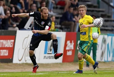 Timo Furuholm (vas.) ja Lauri Ala-Myllymäki taistelivat pallosta Tammelan stadionilla 19. toukokuuta.