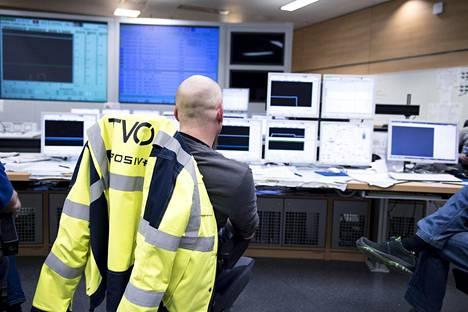Kontrollihuoneessa valvotaan sekä reaktorin toimintaa että testejä. Käyttöhenkilöstö tekee tavallisesti 12 tunnin vuoroja.