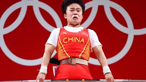 Kiinan Hou Zhihui nosti naisten 49 kilon sarjan painonnostokultaa Tokion olympialaisissa. Reutersin kuva naisesta ei miellyttänyt Kiinaa.