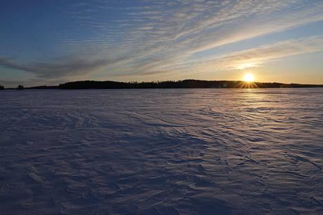 Auringonnousu Unnekivellä, Iso-Leppisalon saaressa.