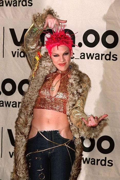 Pinkin hiustyyli oli vuonna 2000 varsin punk-henkinen – housuista puhumattakaan.