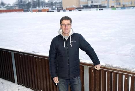 Mies ja jää. Tommy Ekblom Porvoon talvisella urheilukentällä, jolla Akilles tähtää isoihin voittoihin.