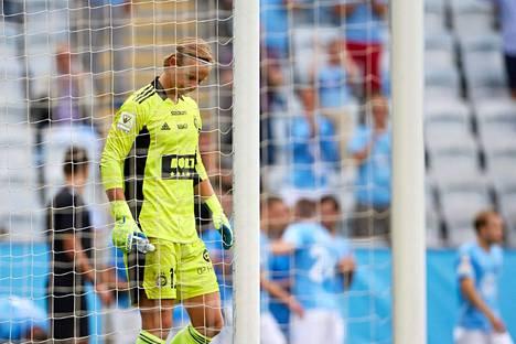 Ruotsalaisvahti Jakob Tånnanderilla ei ollut aivan paras päivänsä HJK:n maalilla.