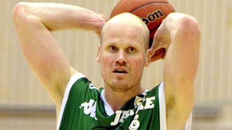 Jukka Matinen juonii jälleen koreja KTP:n vihreässä paidassa. Kuva vuodelta 2012.