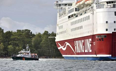 Merivartiosto kuljetti evakuoituja laivamatkustajia Ahvenanmaan Svinöhön.