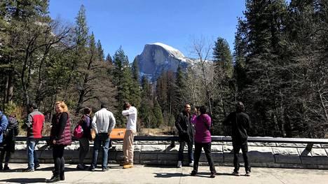Jylhä Half Dome -kalliomuodostelma tallentui Yosemiten kansallispuistossa käyskennelleiden turistien kuvien taustalle maaliskuun lopulla.