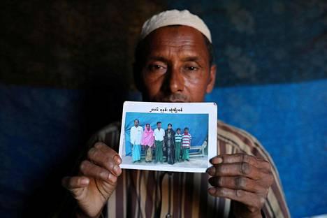 Abdu Shakur esitteli kuvaa pojastaan Rashid Ahmedista.