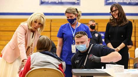 Jill Biden (vas.) ja näyttelijä Jennifer Garner (oik.) seurasivat rokotusten jakelua Länsi-Virginiassa toukokuussa.