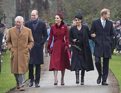 Kuningasperhe vaikutti ulkopuolisten silmään hyväntuuliselta matkalla joulukirkkoon.