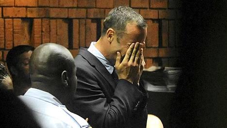 Oscar Pistoriusta syytetään murhasta. Kuva on Pistoriuksen aikaisemmasta vangitsemisoikeudenkäynnistä.