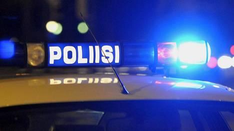 Silminnäkijän mukaan tapahtumapaikalla oli kahdeksan poliisin partioautoa.