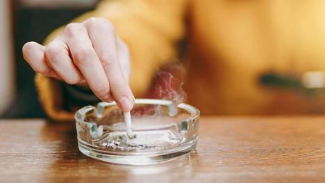 Suomessa 14 prosenttia miehistä ja 11 prosenttia naisista tupakoi päivittäin.