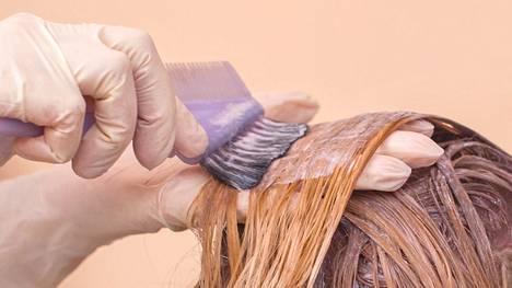 Omalle takaraivolle on vaikea laittaa väriä, jos työssä on vain oma käsipari.