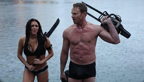 Uudessa Haihurrikaani 3:ssa Cassie Scerbo ja Ian Ziering valmistautuvat kohtaamaan verenhimoiset hait – roskaelokuvien lajityyppiin sopivassa varustuksessa.