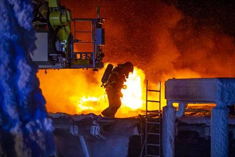 Oulun hätäkeskus perjantaina kello 00.55 ilmoituksen, että Hotelli Iso-Syötteen kattorakenteet olivat tulessa.
