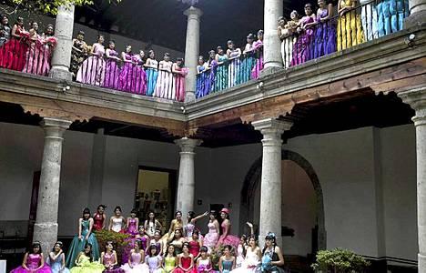 """15-vuptiaat tytöt kuvattiin Franz Mayerin museossa Meksikossa. Nuoret tytöt kuvataan perinteisesti juhla-asuissaan ennen """"Quinceanera""""-syntymäpäiväjuhlia. Juhien tarkoituksena on iloita naiseksi kasvamista."""