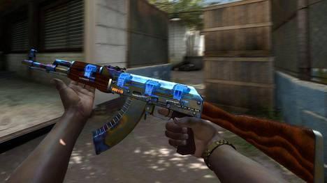 Kuvassa oleva AK-47-ase myytiin ennätyshintaan. Asetta koristaa Case Hardened -maalipinnan harvinainen, erittäin sininen kuvio. Aseessa on myös neljä kallista Titan-tarraa ja tappojen määrän laskeva StatTrak-ominaisuus.