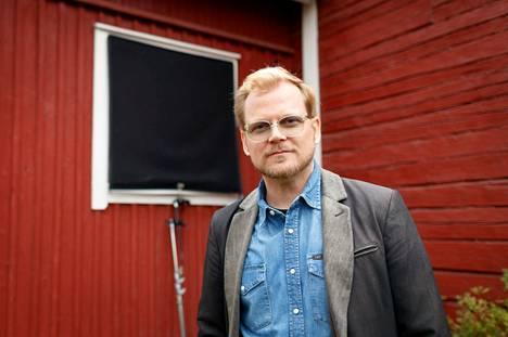 Leffapomo ja näyttelijä Antti Luusuaniemi kannustaa ihmisiä lähtemään elokuviin.– Koronarajoitukset eivät ole olleet reiluja. Elokuvateattereissa käyminen on turvallista, siellä ollaan maskit päässä ja noudatetaan turvavälejä toisin kuin esimerkiksi karaokebaarissa, Nelonen Median kotimaisten elokuvien päällikkö huomauttaa.