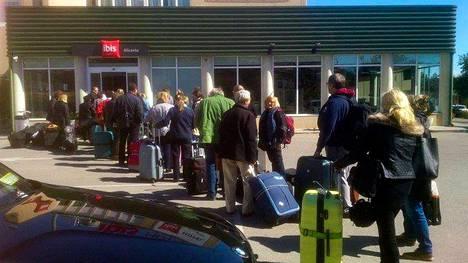 Alicanten Ibis-hotelliin oli jonoa, kun Norwegianin lento peruuntui.
